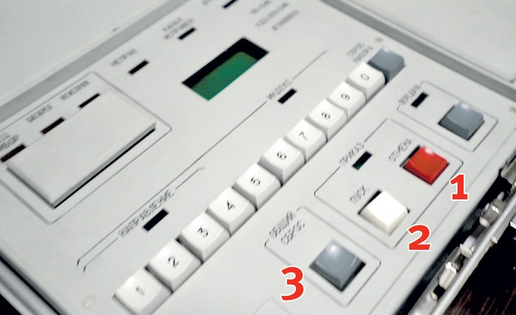 Красная кнопка (1) на ядерном чемоданчике - «отмена». А белая (2) - «пуск». Серая слева (3) - «общий сброс» команд. Фото: Телеканал Звезда