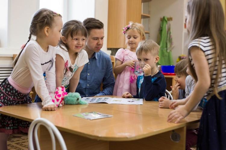 В группу, где работает «усатый нянь», стремятся отдать своих детей многие родители.