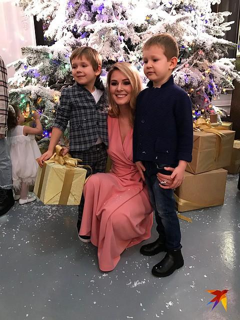 Многодетная мама Мария Кожевникова привела на праздник двоих старших сыновей Фото: Алена МАРТЫНОВА