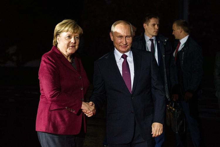 Отвечать на вопросы журналистов Путину пришлось поздно ночью в одном из залов берлинского аэропорта.