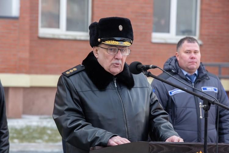 Командующий Тихоокеанским флотом адмирал Сергей Авакянц вручал ключи новоселам