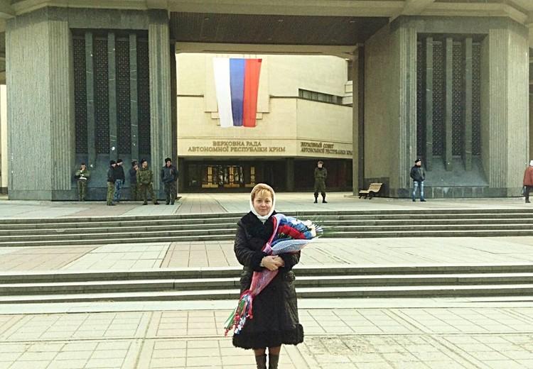 Светлана Савченко у здания Верховного Совета Крыма во время Крымской весны. 2014 год. Фото: Личный архив