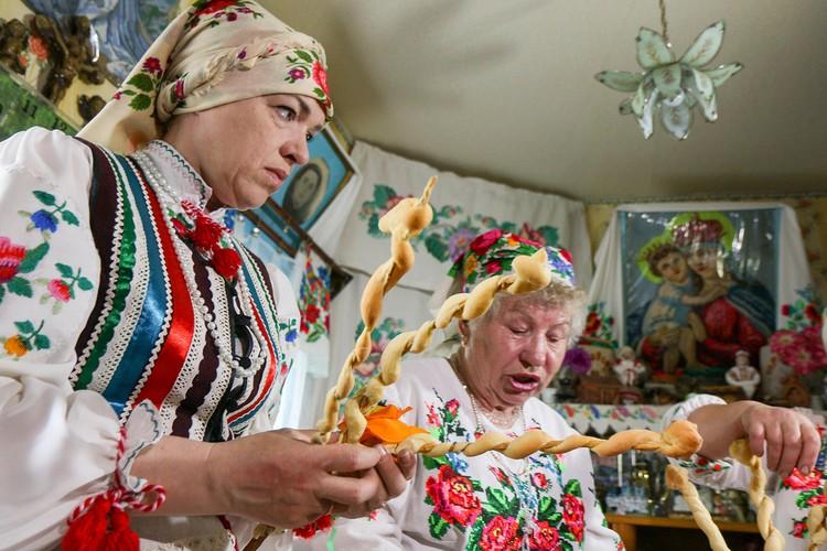 """Женщины украшают каравай """"деревом"""". Фото: ok.ru/pogostkray"""