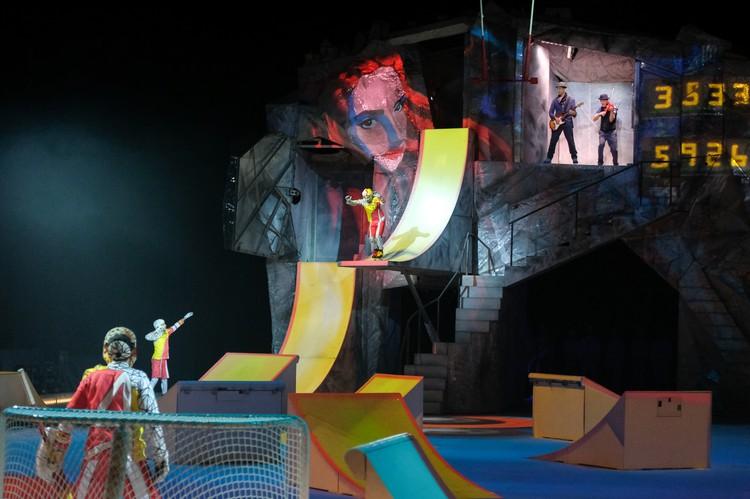 На ледовой арене установлена декорация весом в 10 тонн