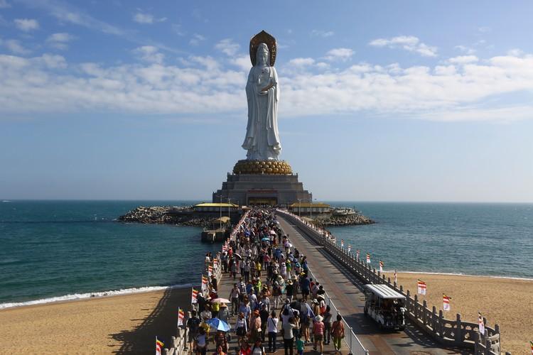 108-метровая статуя Богини Милосердия Гуаньинь встречает всех туристов, прилетающих на Хайнань - вокруг нее заходят на посадку самолеты.