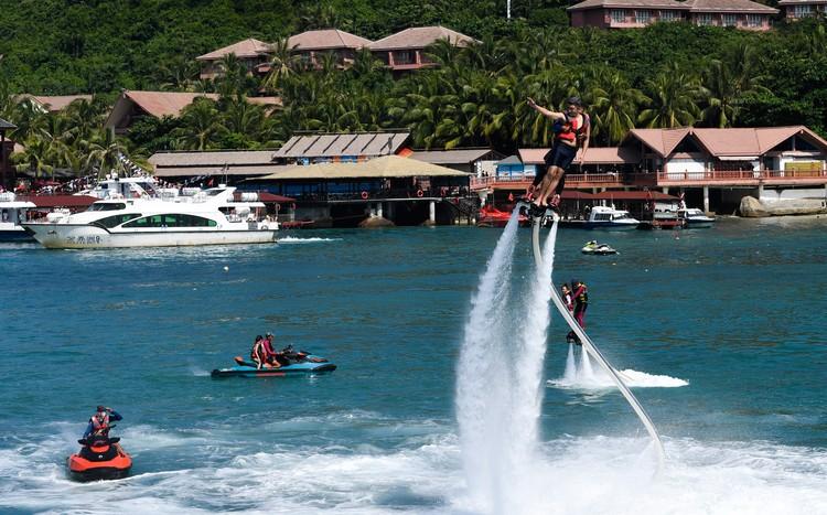 Остров пиратов предлагает экстремальные водные развлечения, например, полеты на реактивном ранце.