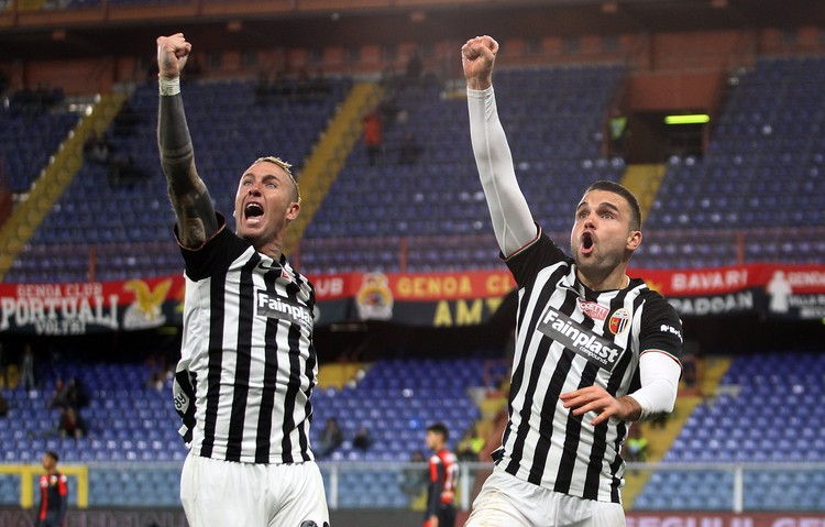 """Футбольный клуб """"Асколи"""" - один из старейших в Италии."""