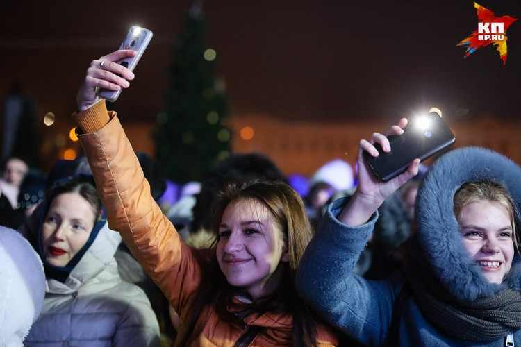 Многие зажигали фонарики в телефонах