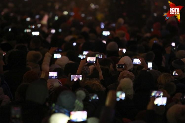 Все зрители снимали на смартфоны
