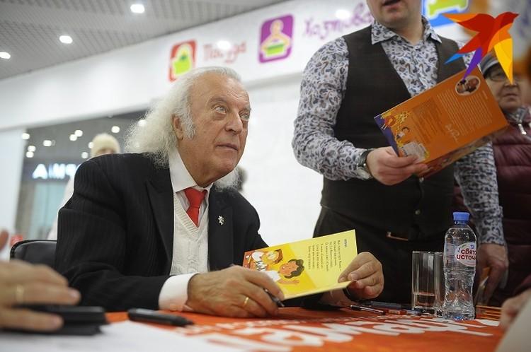 На презентации книги автор раздал сотни автографов