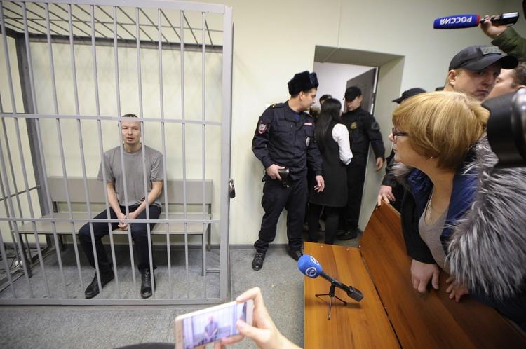 Во время суда Алина Солтанова - мама одной из убитых девушек спросила Александрова за что он убил ее дочь