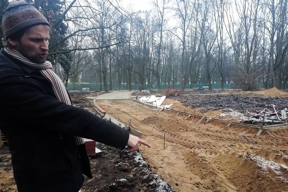 Фундамент одного из домов оказался под недавно проложенной тропинкой Фото: Ольга ШУМАНСКАЯ