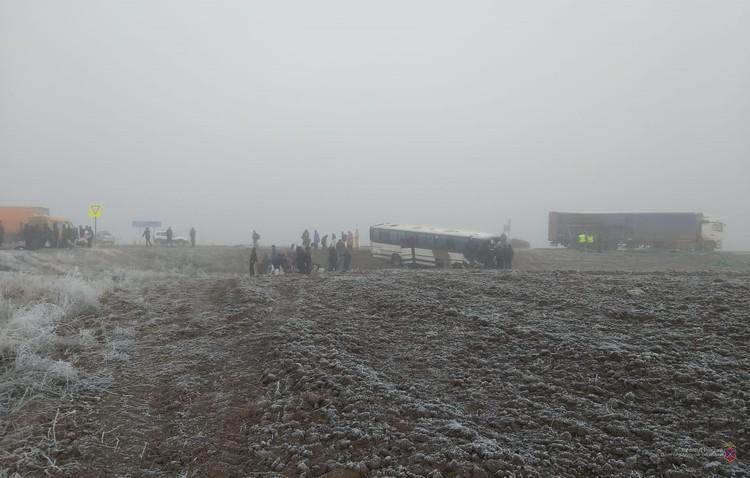 От удара автобус выкинуло с дороги в кювет.