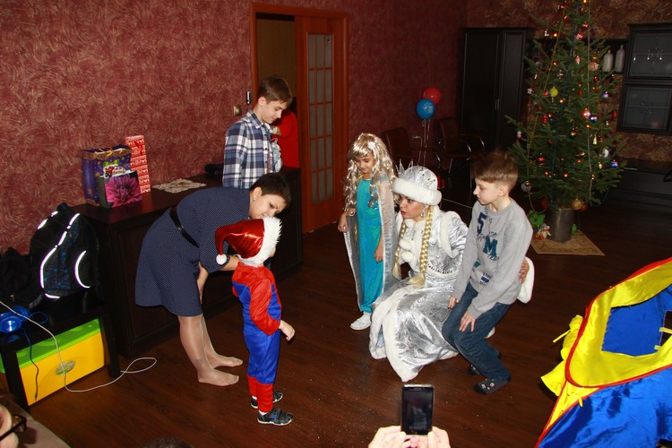 Екатерина и Андрей придумывали для детей интересные игры и сюрпризы. Фото: Личный архив певицы