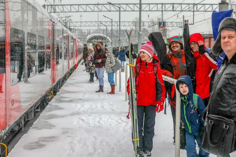 На «Лыжных стрелах» петербуржцы могут с удобством добираться до лыжных трасс Ленобласти. А вдоволь накатавшись по лесу или заснеженным склонам, можно с комфортом вернуться домой. Фото предоставлено ОЖД.