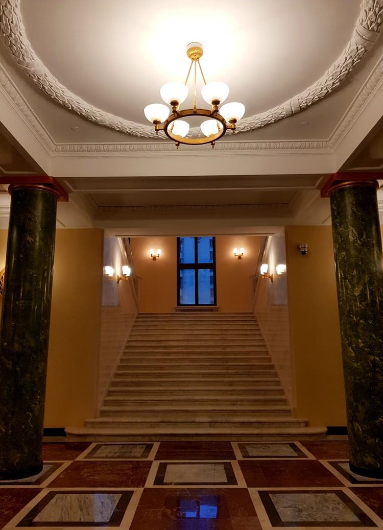 Были восстановлены мраморные полы и лестницы, колонны, потолки, гардеробная, лифты.
