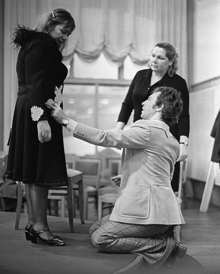 Галина Борисовна Волчек и модельер Вячеслав Зайцев. 1968 год