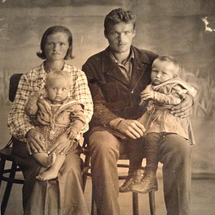 «Дам» Щепина – жену и двух дочек – приобщить к моржеванию не удалось.