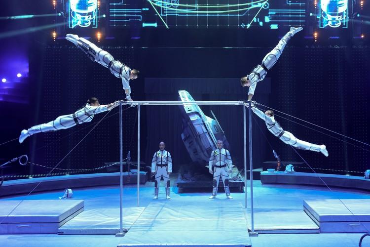 Гимнасты на турниках под руководством Александра Руденского.