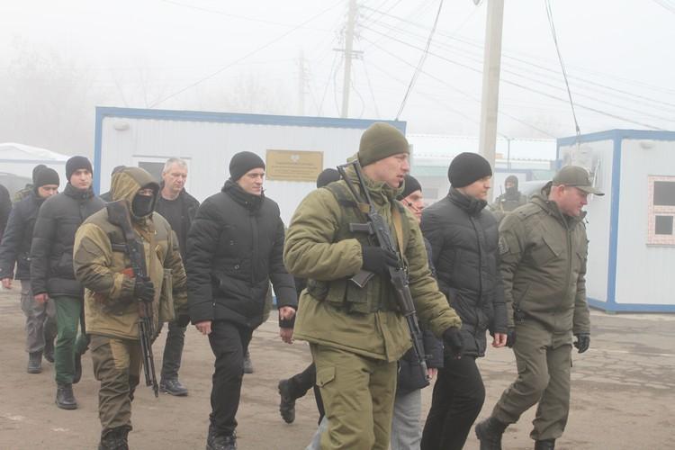 Украинских пленных привезли на линию разграничения