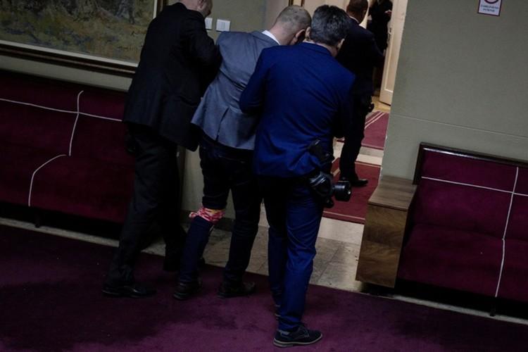 После потасовки в зале заседаний полиция задержала всех 18 депутатов оппозиционного Демократического фронта