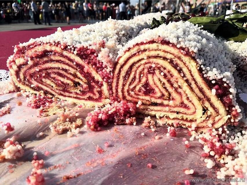 Самый большой вишневый рулет. ФОТО: artcherryfest.ru