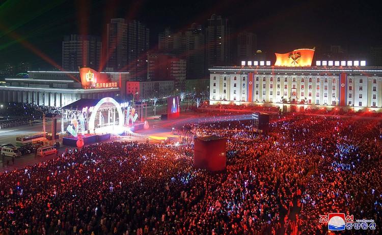 Несмотря на морозную погоду в Пхеньяне, где температура опустилась до минус 10 градусов, посмотреть новогоднее шоу пришли несколько тысяч человек