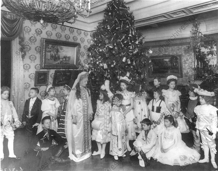Группа детей в маскарадных костюмах у елки. 1913-1914 г., Санкт-Петербург. Автор: Булла К. К. ФОТО: ЦГАКФФД СПб