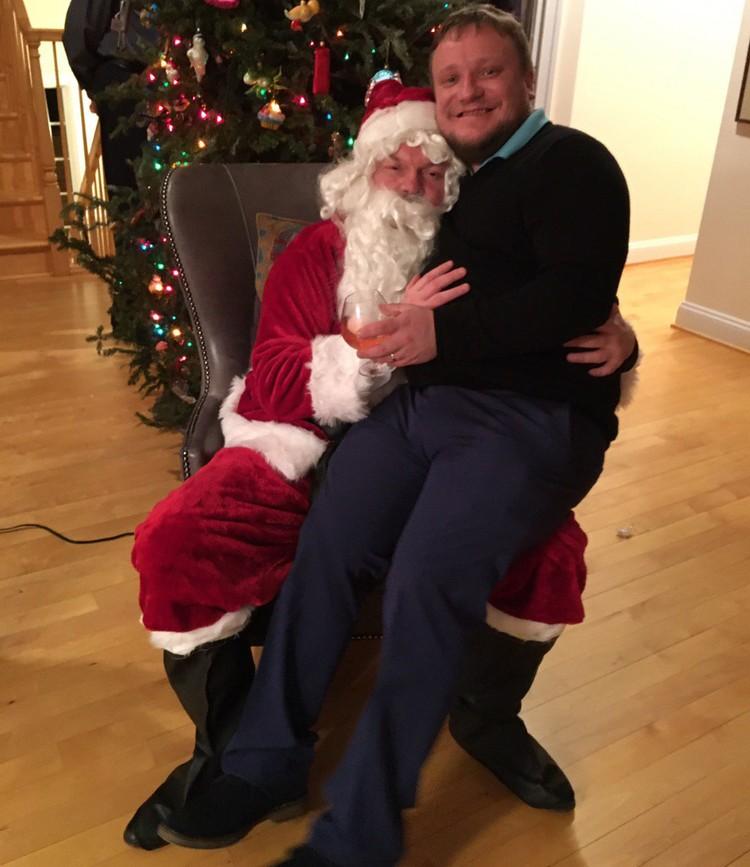 Русская вечерника в США: посидеть у Деда Мороза на коленках мог даже взрослый.