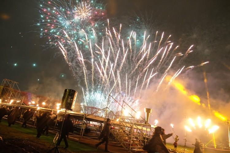 На второй день фестиваля зрителей ждут выступления артистов огня, световые и лазерные шоу.