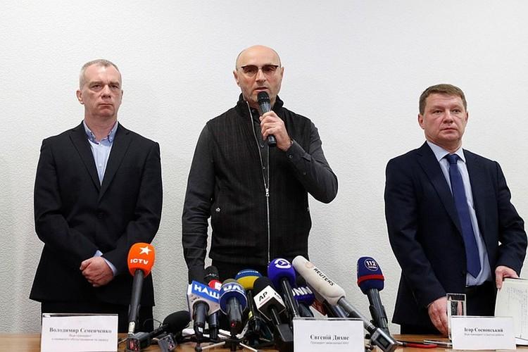 Президент авиакомпании Международные авиалинии Украины выступает на брифинге после катастрофы с самолетом