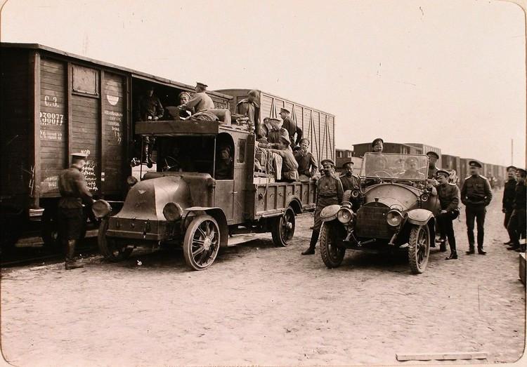 Группа солдат и офицеров (в автомобилях) у прибывшего на станцию эшелона с имуществом авиароты. Псков.