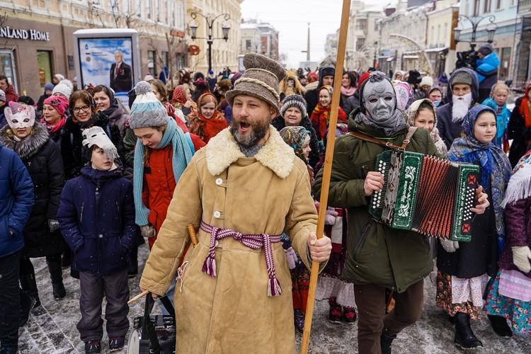 Ряженые прошлись с песнями и плясками от Куйбышева до Галактионовской