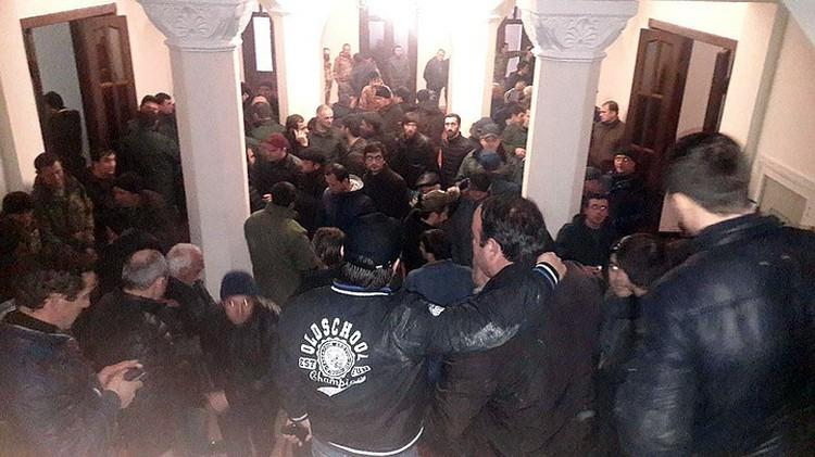 Представители мятежников заявили, что здание правительства они не освободят до отставки ненавистного президента. Фото: Анжела Кучуберия/ТАСС