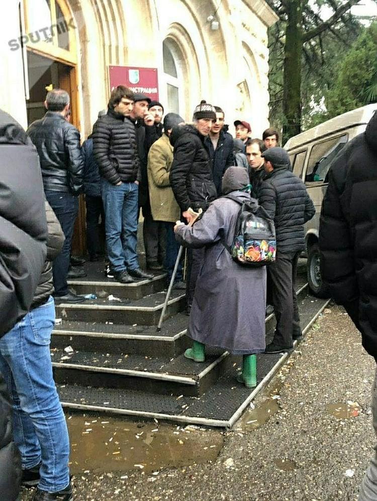 """Пожилая женщина, которая не была в курсе событий, пришла сегодня в администрацию президента. Хотела какие-то вопросы по пенсии решить. Но активисты ей сообщили, что """"сегодня выходной день"""" и предложили присоединиться к митингу. Фото: Sputnik"""