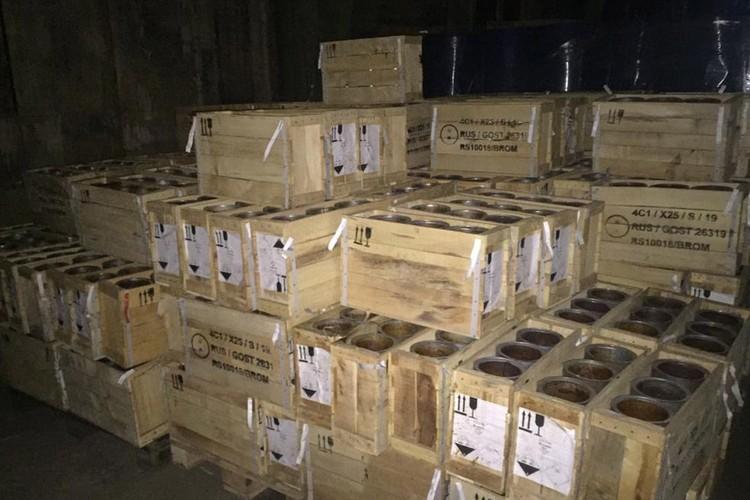 Ящики с опасными веществами проложены соломой.