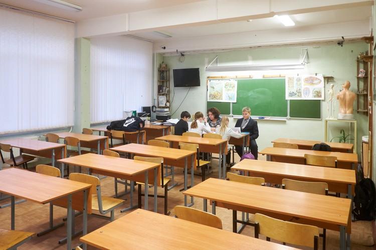 По словам самих учителей, 10 000 рублей (столько будут в совокупности составлять местная и федеральная надбавки) для классных руководителей недостаточно - слишком много обязанностей на них ложится.