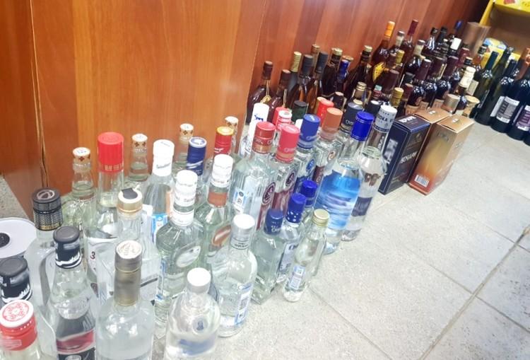 Опасный алкоголь полицейские изъяли.