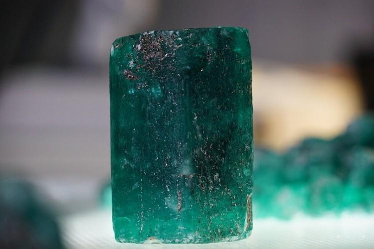 Сам камень весит полкилограмма. Фото: пресс-служба «Мариинского прииска»