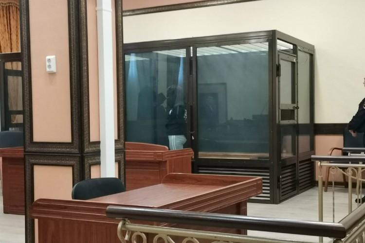 Девушка прятала лицо от камер на протяжении всего оглашения приговора. Фото: Антон Мамаев