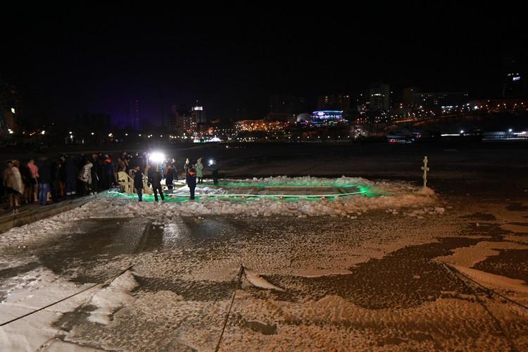 Прорубь во льду Амурского залива Японского моря.
