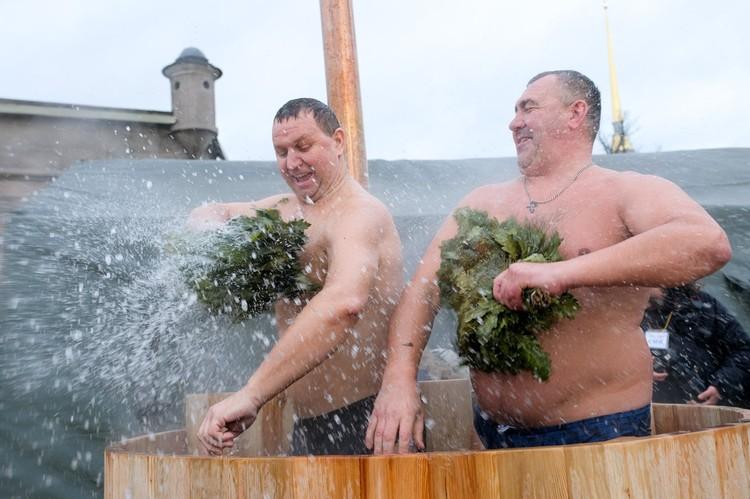 """Вотак """"парились""""петербуржцы в ледяной воде."""