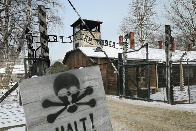 Освенцим - Аушвиц - фашистский лагерь смерти на территории Польши - сейчас превращен в мемориал.