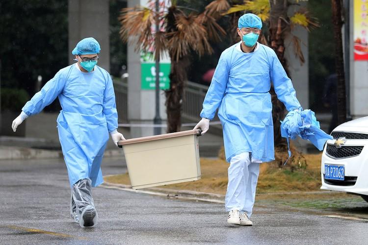 Персонал больницы китайского города Ухань, который считается центром распространения опасного коронавируса.