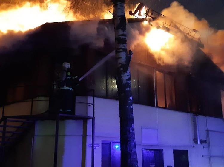 По предварительным данным пожар начался на чердаке