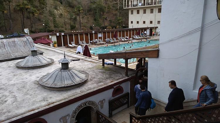 Бани и открытый бассейн в термальном курорте Ялова