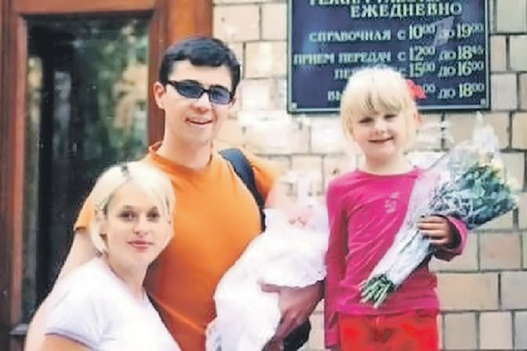 2002 г. Сергей Бодров с дочерью приехал в роддом забирать жену и новорожденного сына. Фото: instagram.com