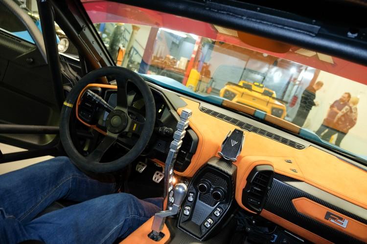 Внутри, по словам нашего фотографа, удобно, но низковато. Зато сразу чувствуешь, что это - серьезное гоночное авто.