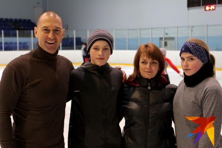 Матвей с Олимпийским чемпионом Максимом Опалевым, мамой и сестрой (справа)