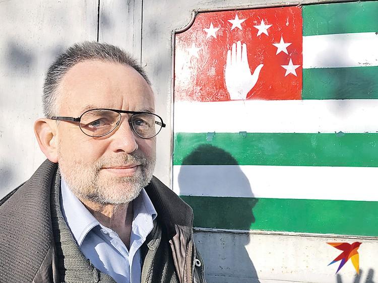 Вальтер Оберхаммер инженер, бежал от «мафии фармацевтических компаний» и пытается наладить в Абхазии производство медицинской техники для лечения больных.